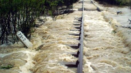 Ook de rails staat onder water (foto realitatea.net)