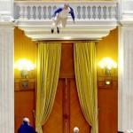 foto 5 Adrian Sobaru springt van Balcon in het Parlament