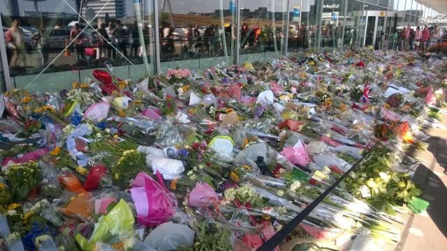 Bloemen Schiphol voor slachtoffers MH17