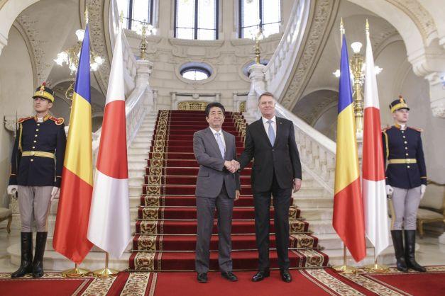 Shinzo Abe premier van Japan en Klaus Johannis, president van Roemenië .